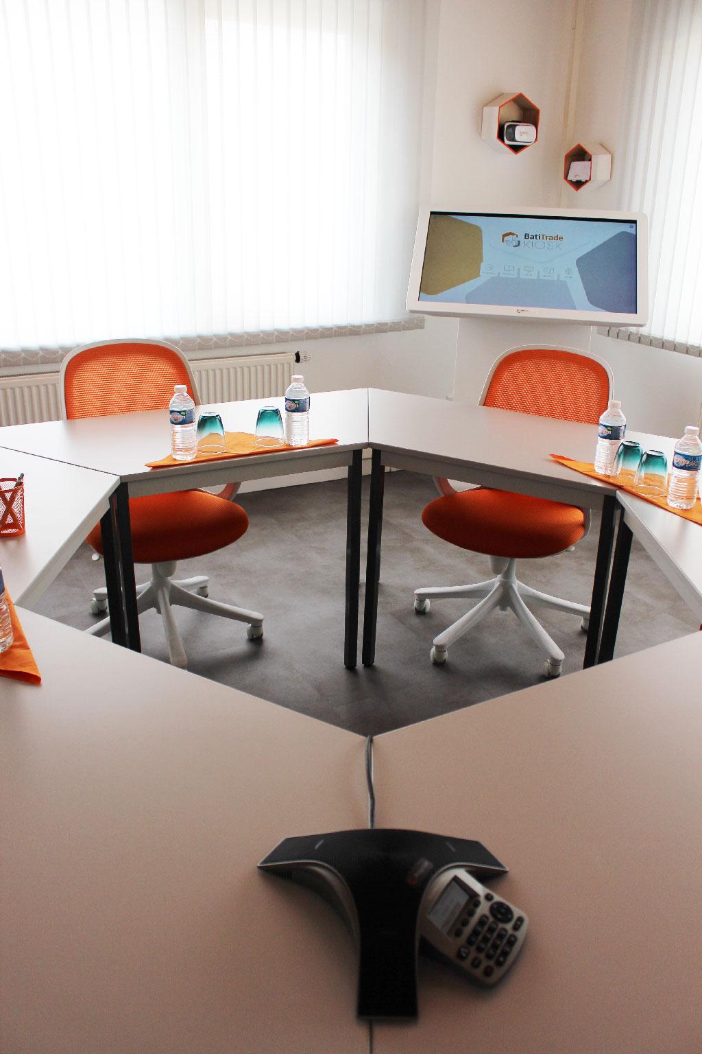 Décoration hexagonale - Aménagement d'une meeting room avant/après