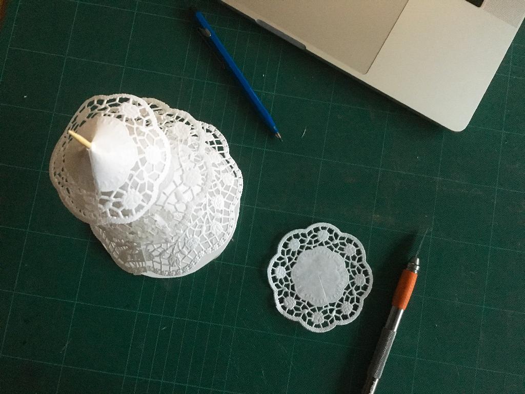 Un chemin de table en dentelle papier DIY